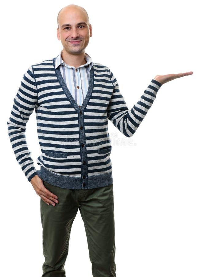 Uomo calvo che mostra qualcosa sulla sua palma fotografia stock