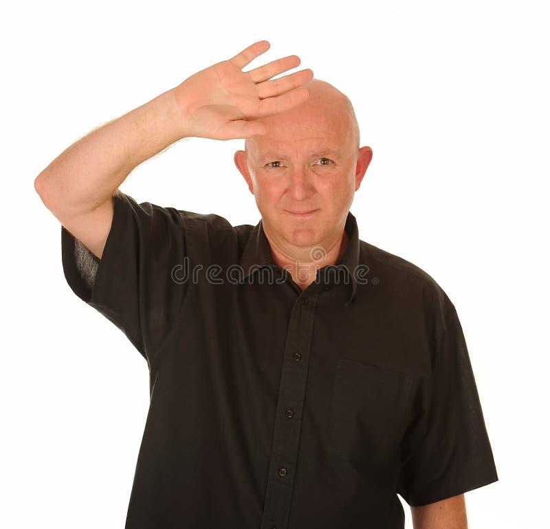 Uomo calvo che protegge gli occhi fotografie stock