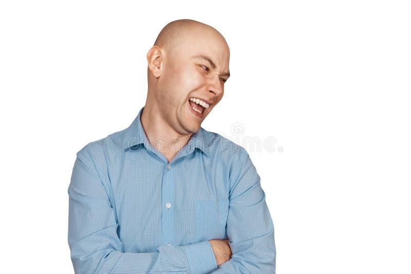 Uomo calvo del ritratto che ride mockingly a qualcosa o a qualcuno su un fondo bianco isolato immagini stock