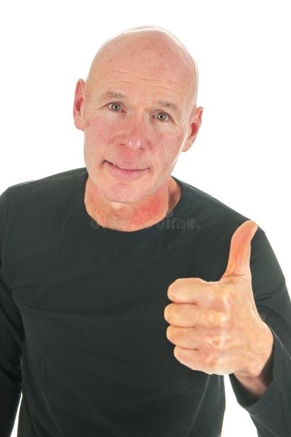 Uomo calvo del ritratto con i pollici in su fotografie stock