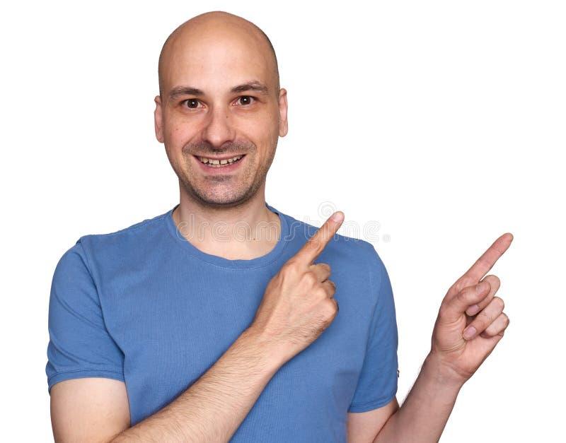 uomo calvo felice 40s che indica le sue dita da parte immagine stock libera da diritti