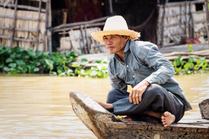 Uomo cambogiano locale che canta lungo il lago Tonle Sap, Puok, provincia di Siem Reap, Cambogia fotografia stock libera da diritti