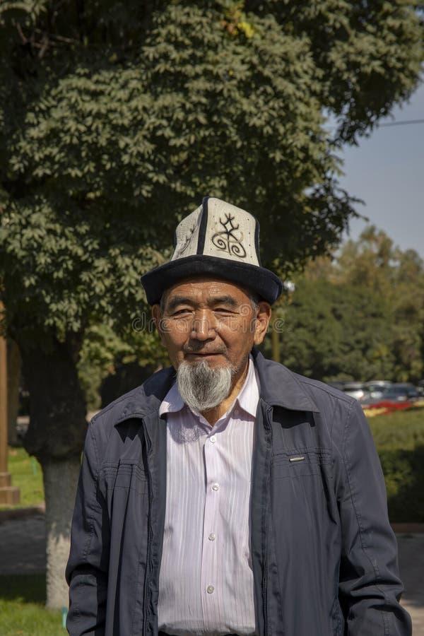 Uomo in cappello tradizionale, Biškek, Kirghizistan fotografie stock libere da diritti