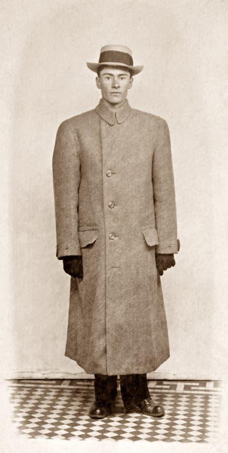 Uomo in cappotto fotografie stock