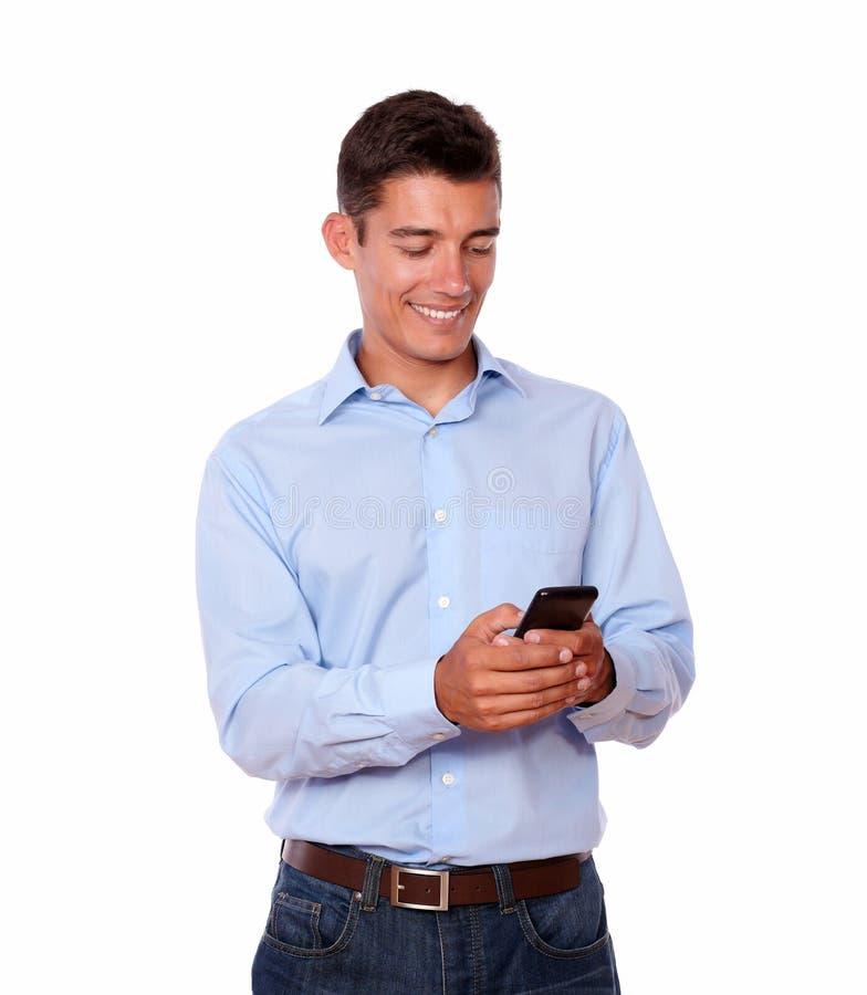 Uomo carismatico che sta e che invia messaggio fotografie stock libere da diritti