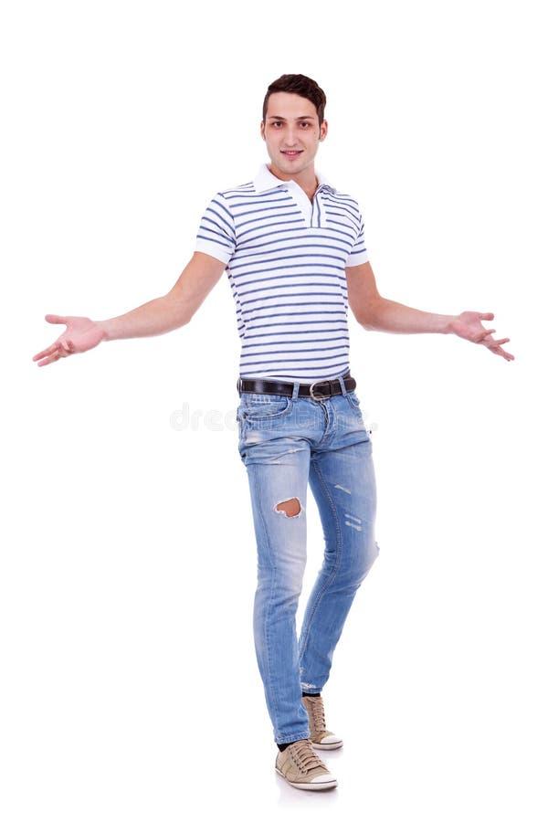 Uomo casuale che gesturing benvenuto immagine stock libera da diritti