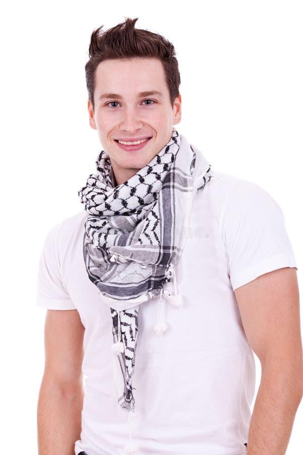 Uomo casuale che porta una sciarpa fredda immagine stock