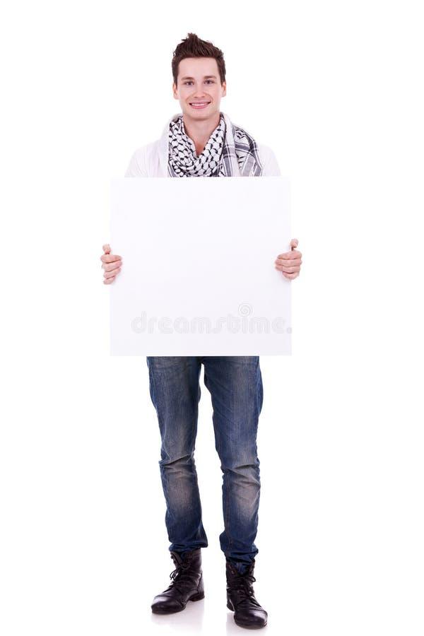 Uomo casuale che video un annuncio della bandiera immagini stock