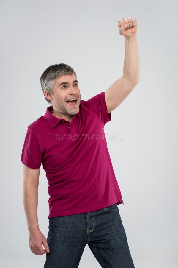 Uomo casuale che vince e che celebra sopra il fondo bianco fotografia stock