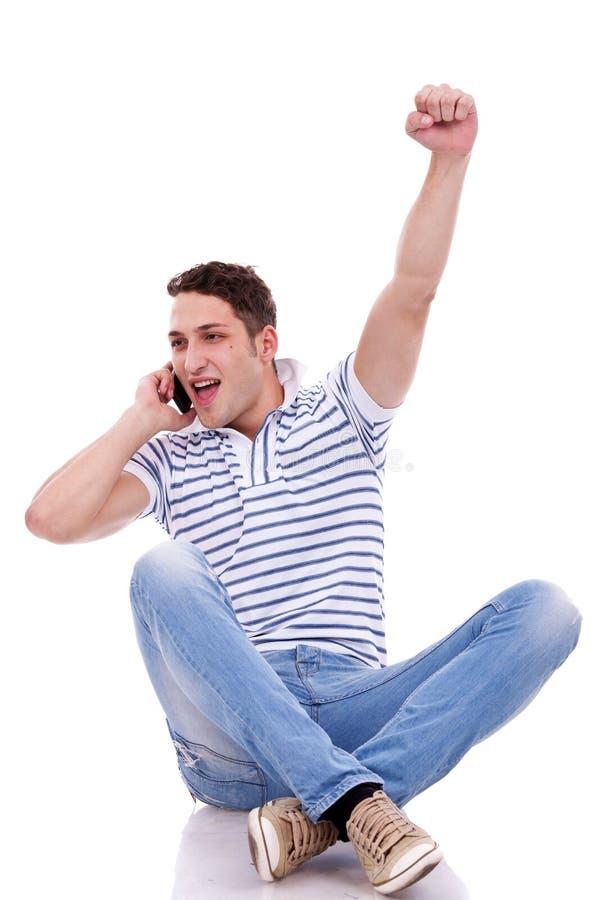 Uomo casuale che vince sul telefono fotografie stock libere da diritti
