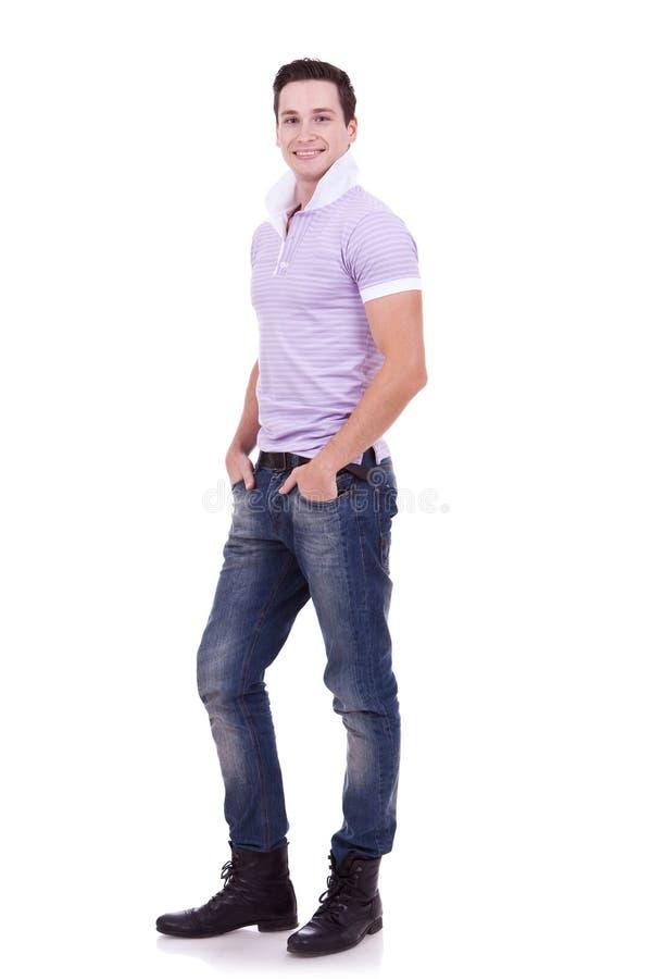 Uomo casuale con le mani in caselle fotografia stock