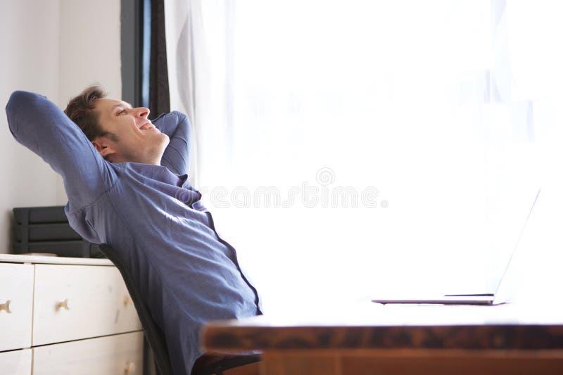 Uomo casuale di affari laterali sulla rottura che pende indietro dallo scrittorio fotografie stock libere da diritti