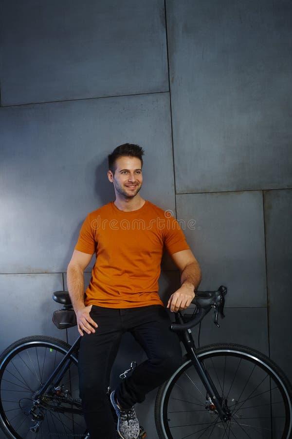 Uomo casuale felice con la bicicletta fotografie stock libere da diritti