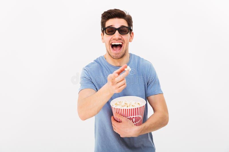 Uomo caucasico allegro nella tenuta casuale di vetro 3d e della maglietta fotografie stock libere da diritti
