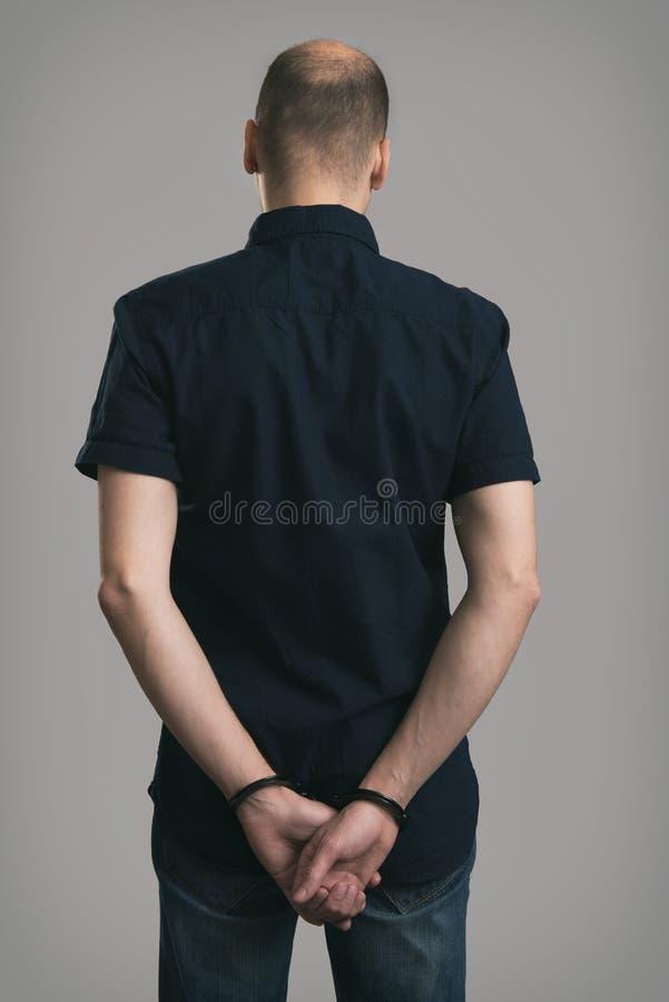 Uomo caucasico arrestato con le manette fotografia stock