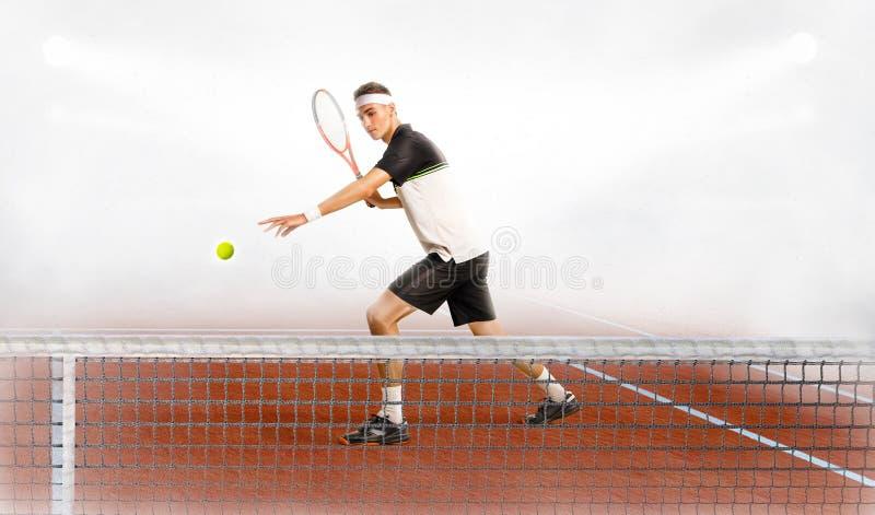 Uomo caucasico che gioca a tennis sulla corte fotografia stock