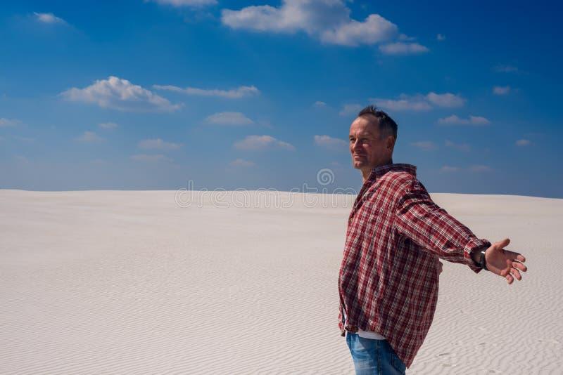 Uomo caucasico con a braccia aperte, supporti in deserto fotografia stock libera da diritti