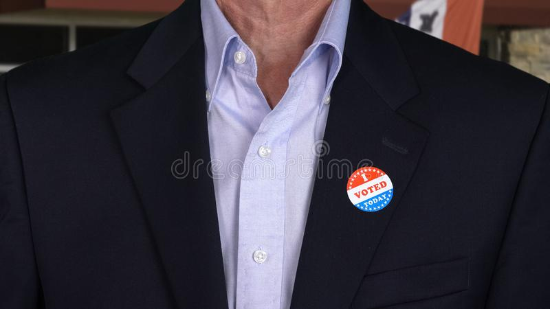 Uomo caucasico senior in abbigliamento convenzionale con l'autoadesivo votato fotografie stock libere da diritti