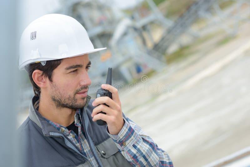 Uomo in cava che convince walkie-talkie fotografie stock