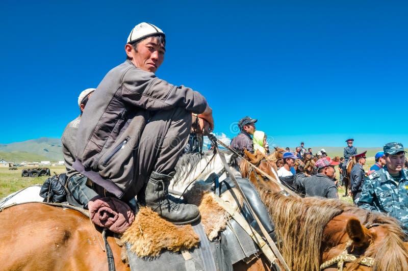 Uomo a cavallo nel Kirghizistan fotografia stock
