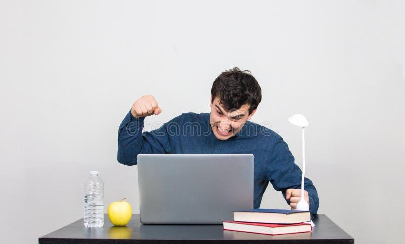Uomo che allenta carattere con il computer immagine stock libera da diritti