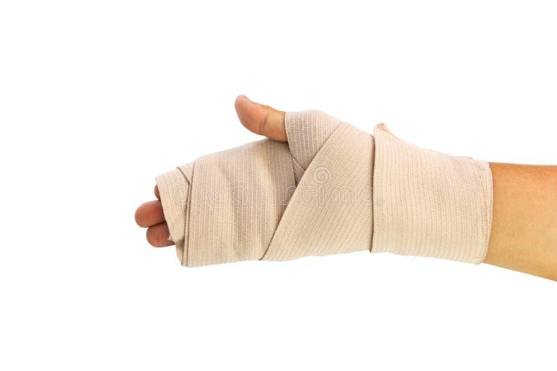 Uomo che applica la fasciatura di compressione per la fasciatura d'uso del de del polso dovuto infiammato fotografia stock libera da diritti