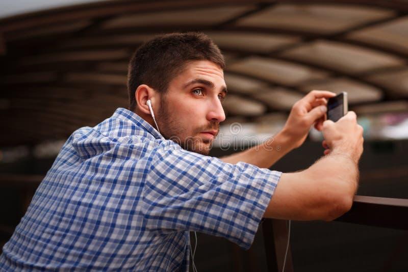 Uomo che ascolta la musica fotografia stock