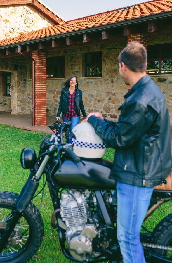 Uomo che aspetta la sua amica sul motociclo immagine stock