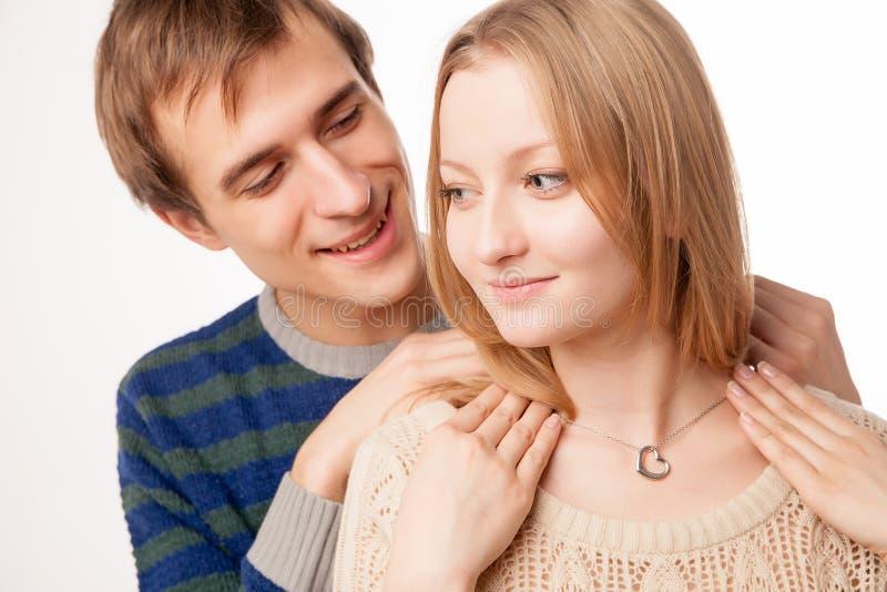 Uomo che attacca collana al collo della ragazza Uomo immagini stock libere da diritti