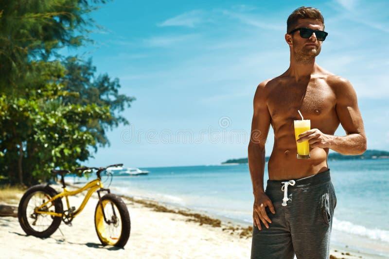 Uomo che beve la spiaggia di Juice Smoothie Cocktail On Summer vacanza fotografie stock
