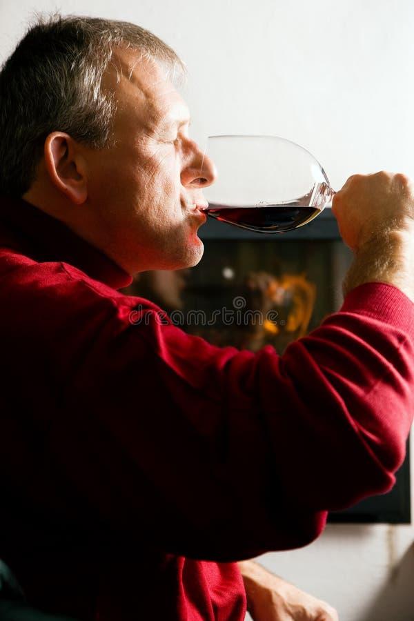 Uomo che beve vino rosso fotografia stock libera da diritti