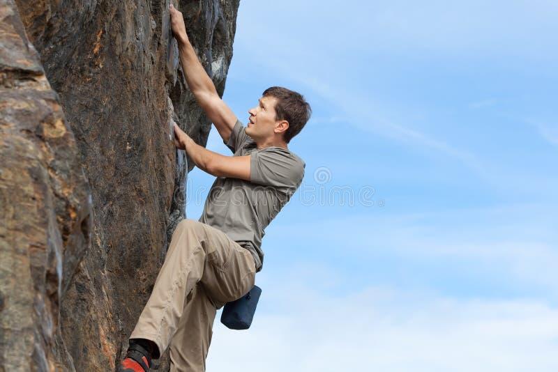 Uomo che bouldering fotografie stock libere da diritti
