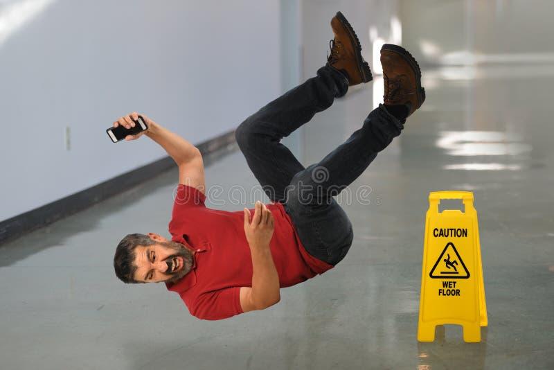 Uomo che cade sul pavimento fotografia stock