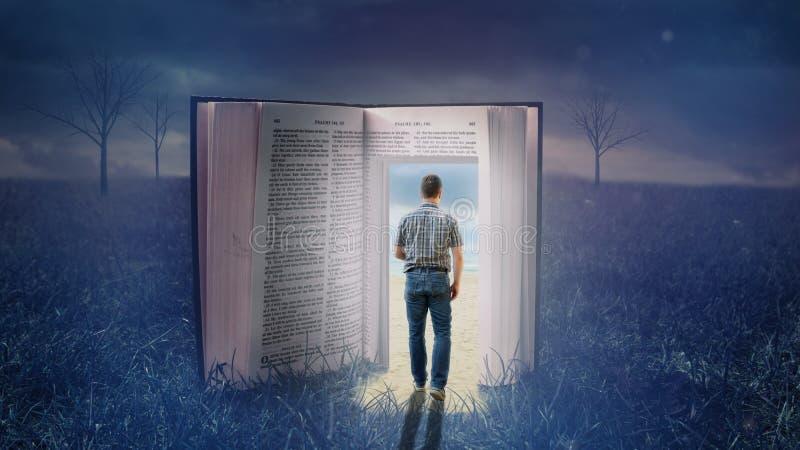 Uomo che cammina attraverso la bibbia aperta fotografie stock