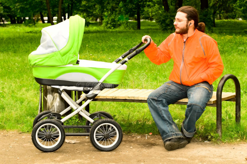 Uomo che cammina con il bambino immagini stock libere da diritti