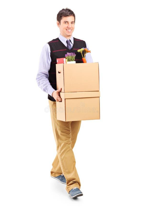Uomo che cammina con le scatole commoventi fotografie stock libere da diritti