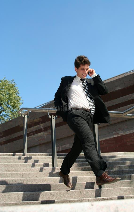 Uomo che cammina giù le scale immagine stock libera da diritti