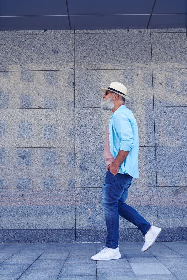 Uomo che cammina liberamente immagini stock libere da diritti