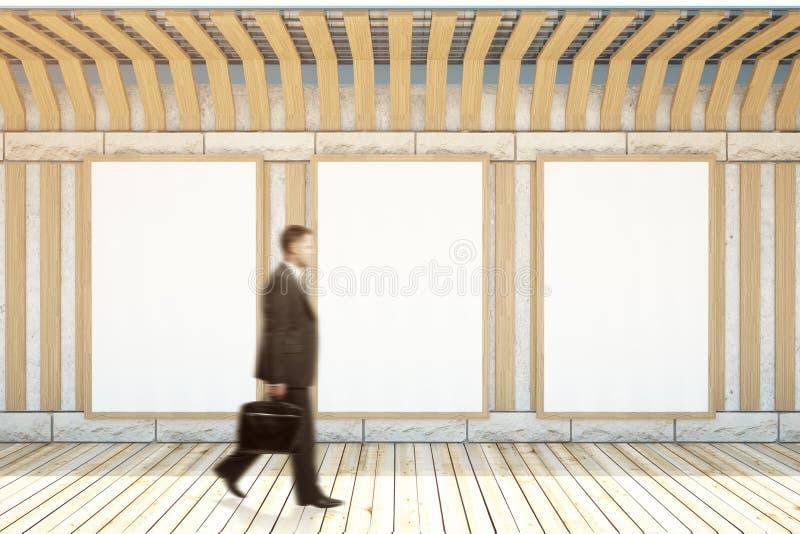 Uomo che cammina nel museo immagini stock