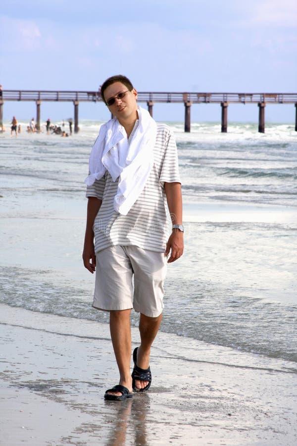 Matrimonio Sulla Spiaggia Outfit Uomo : Uomo che cammina sulla spiaggia immagine stock