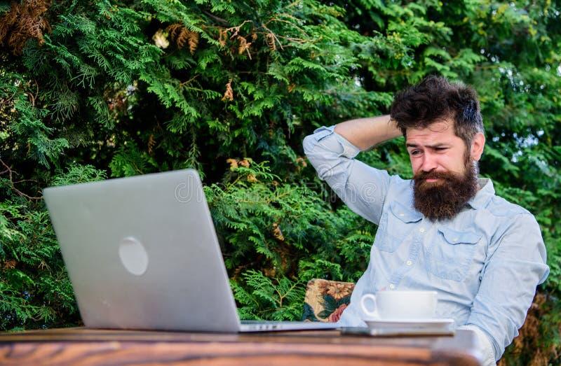 Uomo che cerca ispirazione Trovi l'argomento per scrivere Routine quotidiana del giornalista del reporter Lavoro online Mass medi immagine stock