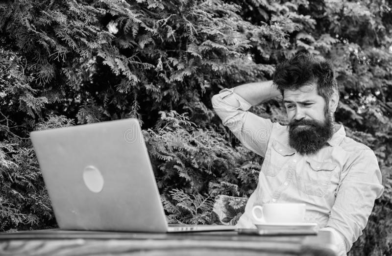 Uomo che cerca ispirazione Trovi l'argomento per scrivere Routine quotidiana del giornalista del reporter Lavoro online Mass medi fotografia stock libera da diritti