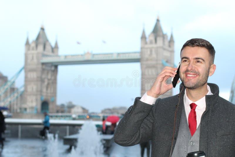 Uomo che chiama durante il giorno piovoso a Londra immagine stock libera da diritti