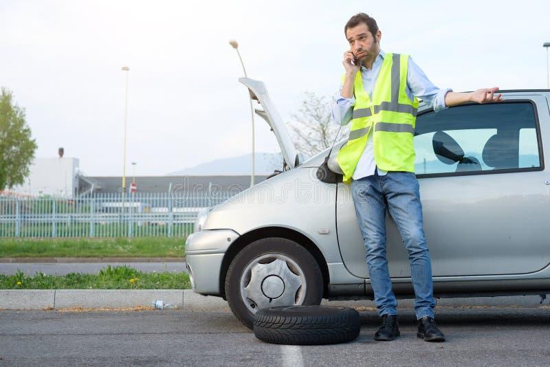 Uomo che chiama meccanico dopo la ripartizione dell'automobile fotografia stock libera da diritti