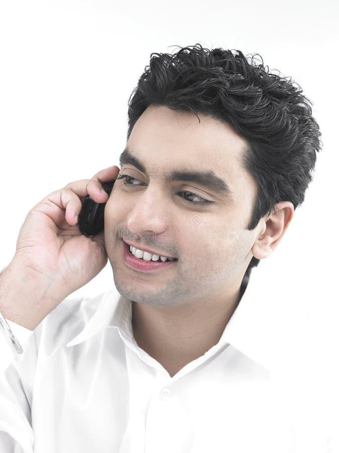 Download Uomo Che Comunica Sul Suo Telefono Delle Cellule Fotografia Stock - Immagine di occupato, commercio: 7319648