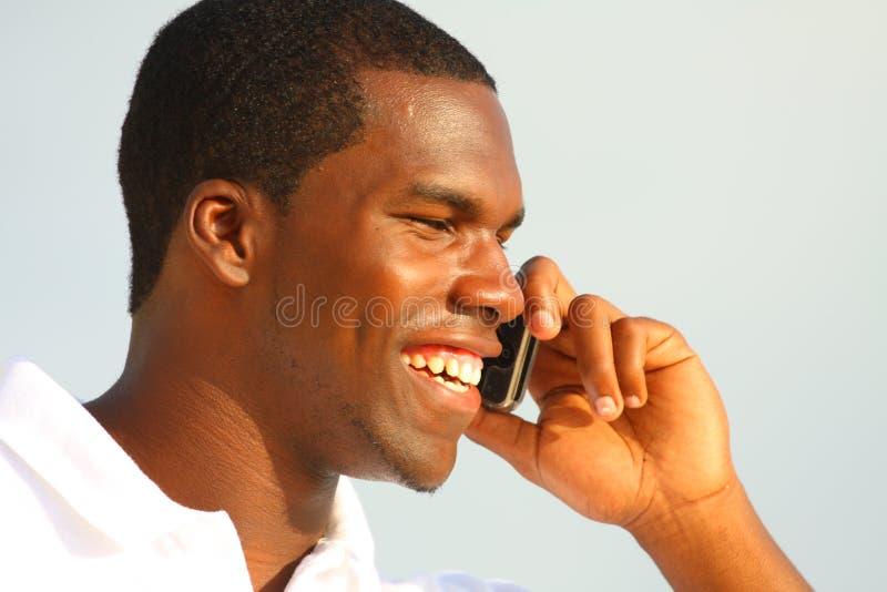 Uomo che comunica sul telefono fotografie stock