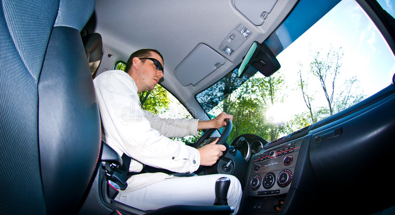 Uomo che conduce automobile immagine stock libera da diritti