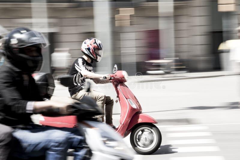Uomo che conduce velocemente una motocicletta in città fotografie stock libere da diritti