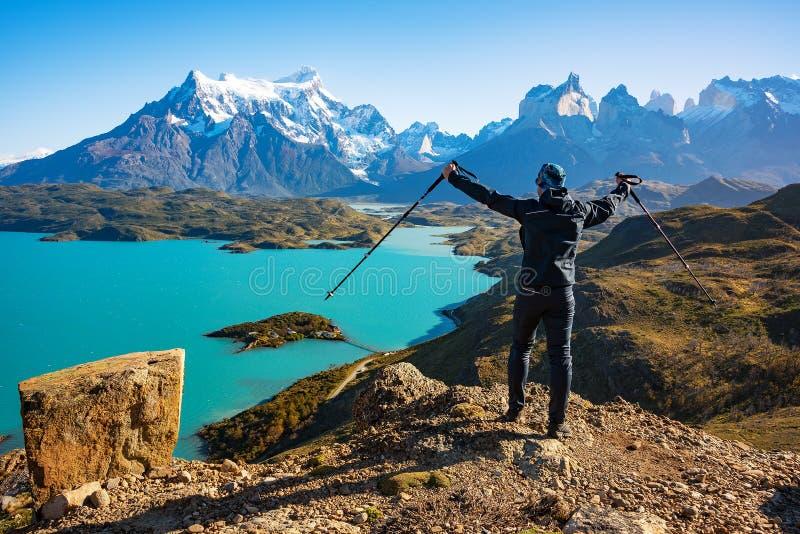 Uomo che contempla un bello paesaggio in Torres del Paine Park fotografie stock