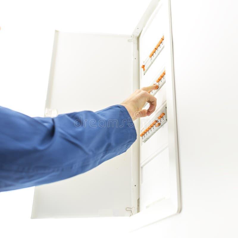 Uomo che controlla il contenitore di fusibile elettrico immagini stock